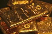 Gold edges down, traders await more falls