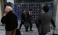 Asia stocks retreat on US fears, yen boosts Nikkei