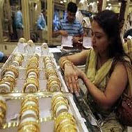 Gold trades flat, traders seek direction